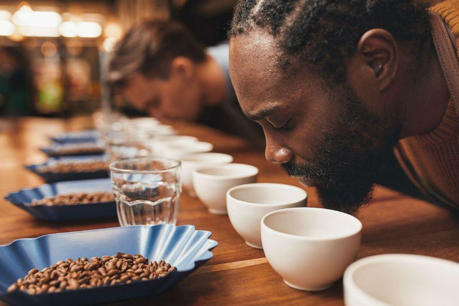 Comprobando el aroma del café