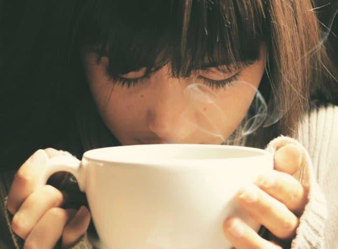 Joven oliendo café